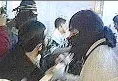 Demonstrantene brukte rambukk mot fengselsdørene. (Foto: APTV)