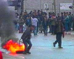 Palestinske ungdommer protesterte mot innmarsjen.