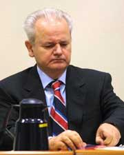 Slobodan Milosevic ser gjennom dokumentene sine. (Foto: Scanpix/AP/Fred Ernst)