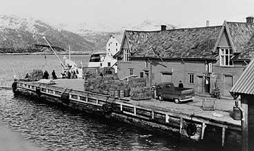 Fylkeskaia i mars 1965. På kaia står ei last med fôr til buskapane på øyane. (Foto © Fylkesarkivet)