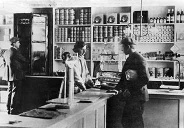 Butikk i Strandgata 34 i Florø. (Foto © Fylkesarkivet)