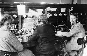 Telefonen over tok for telegrafen. Dette er Florø Telefonstasjon tidleg på 1950-talet. (Foto © Fylkesarkivet)