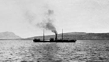 Båt utanfor Florø kring 1920. (Foto © Fylkesarkivet)