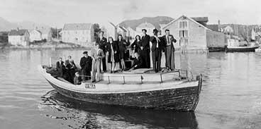 Olset-gavlen i Florø ein gong mellom 1920 og 1950. Båten har vore viktigaste framkomstmiddelet i Flora. (Foto © Fylkesarkivet)