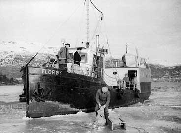I Balindbotn i Eikefjord ein februardag 1964. Ekspeditør Mathias Kalsvik har kome med postsekken på kjelke for å sende den med Fylkesbaatane sin M/S