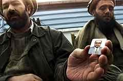 Afghanske sørgende med et bilde av den drepte ministeren Abdul Rahman (Foto: Lefteris Pitarakis, AP/Scanpix)