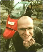 Jan Erik med sin nye Smart-bil