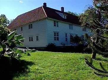 Hovudbygningen på Svanøy. (Foto: Thomas Hellum, NRK)