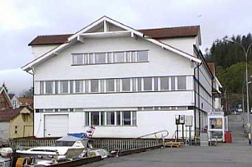 Politistasjonen i Florø husar frå 2002 Sogn og Fjordane politidistrikt. (Foto: Arild Nybø, NRK)