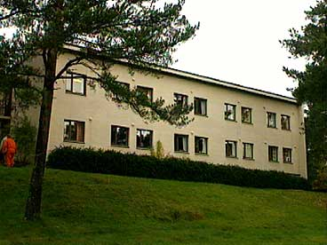 Største bygningen på Solbakken. (Foto: Aasulv Austad, NRK)