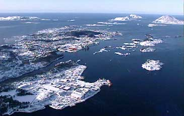 Fjord Base ligg på halvøya i framgrunnen til venste. Lenger bak ligg Florø by. (Foto: Stein Magne Os, NRK)