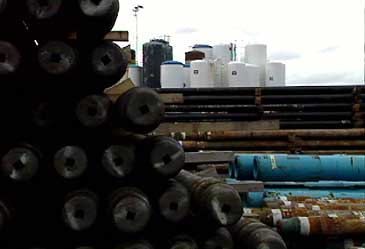 Røyr til oljeindustrien og tankanlegg på Ford Base. (Foto: Asle Veien, NRK)