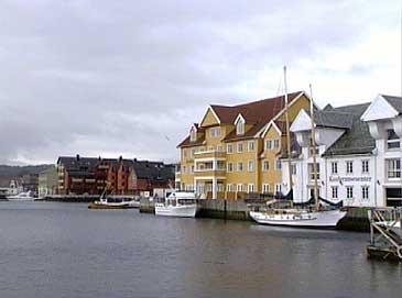 Florø by. Det gule bygget er Quality Maritim Hotel som har restaurert Haavebua til høgre. (Foto: Arild Nybø, NRK)