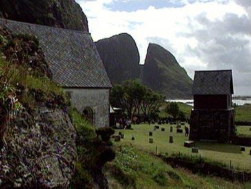 Kinnaklova og kyrkja på Kinn. (Foto: NRK)