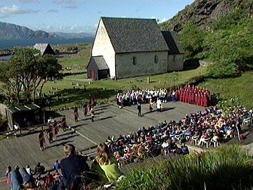 Kyrkja på Kinn er spelplass for Kinnaspelet. (Foto: NRK)
