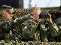 """Bush skuer inn i det """"onde"""" landet Nord-Korea (Foto AP/J.Scott Applewhite - Scanpix)"""