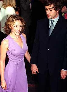 Kylie Minogue og kjæresten James Gooding (Foto: AP Photo / Michael Crabtree, PA).