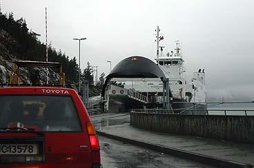 Ferja ved kai på Fodnes. Bilar og passasjerar blir frakta over fjorden til Manheller. (Foto: Arild Nybø © 2002)