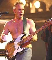 Sting ga blaffen i at showet var dårlig, kastet skjorta, og ga jernet (Foto: AP Photo / PA, Yui Mok, POOL).