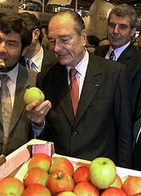 Jacques Chirac kikker på et eple på en landbruksmesse i Paris 24. februar 2002. (Foto: Scanpix/AP/Xavier Lhospice/