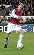 Dennis Bergkamp scoret Arsenals fjerde mål.