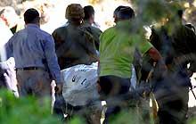 Israelere bærer bort et av ofrene for angrepet på den jødiske bosettingen Ofra. Foto: Pier Paolo Cito AP/Scanpix)
