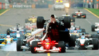 "Ralf Schumachers bil ""klatrer"" over bilen til Rubens Barrichello, (Foto: AP Photo/Australian Grand Prix Corp., Joe Mann)"