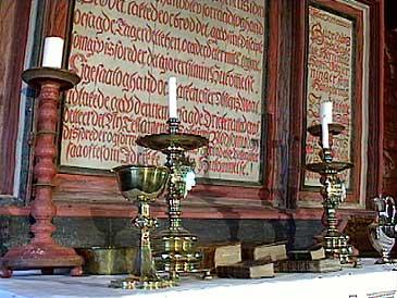 Altartavla er i Gimmestad gamle kyrkje er ei katekismetavle frå <br/>1600-talet. Foto: Asle Veien, NRK.