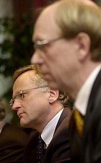 Sentralbanksjef Svein Gjedrem (venstre) og sjef for oljefondet, Knut Kjær, på onsdagens pressekonferanse. (Foto: Scanpix)