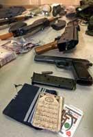 Politi viste frem våpen og ammunisjon og personlige eiendeler de mener beviser det var utlendinger som ble drept(foto:Boris Grdanoski/ap/scanpix)