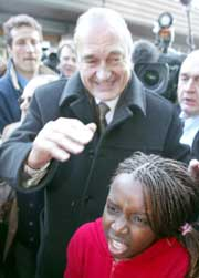 Jacques Chirac fikk trykket mange hender da han besøkte Mantes La Jolie, men ikke alle var like positive til presidenten (Foto: Laurent Rebours/AP).