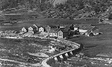 Det gamle tunet på Ommedal i Hyen i 1912. Husklynga inneheld fem bruk. Like ved låg Kjellar-ura. (Foto © Fylkesarkivet)