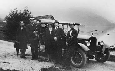 Frå Gimmestad i 1930. Johan Rygg (t.h.) dreiv drosje- og busskøyring på Sørstranda. (Foto © Fylkesarkivet)