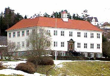 Den eldste bygningen på Firda vidaregåande skule er ikkje ulik Eidsvolds-bygingen. (Foto: Atle Løkken, NRK)