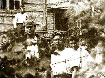 Russiske krigsfangar på Sandane i 1943. Fire av dei flukta i 1944 og heldt seg skjult i Russehola fram til krigen tok slutt (sjå nede på sida).