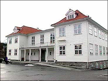 Den kommunale mellomskulen vart slegen saman med FIrda gymnas og realskule i 1924 og flytta inn i denne bygningen. (Foto: Atle Løkken, NRK)