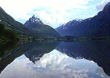 Bergheimsvatnet og Eggenipa. (Foto: NRK)