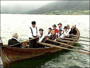 Slike storbåtar vart mellom annan nytta til kyrkjeferd på Gloppenfjorden. Rekonstruksjon frå 1992. (Foto: Asle Veien, NRK)