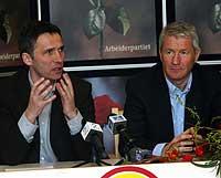 Parlamentariske leder Jens Stoltenberg og partileder Thorbjørn Jagland på partiets pressekonferanse. Foto: Scanpix/Terje Bendiksby
