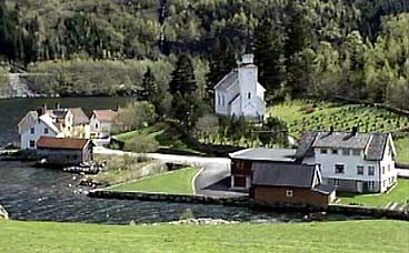 Straume og Hyen kyrkje. (Foto: Asle Veien, NRK)