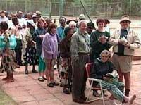 Velgere trakasseres, men mange er fast bestemt på at de skal få stemt.