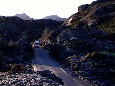 Vegen mellom ferjekaien på Krakhella og kommunesenteret Hardbakke var ferdig i 1960. (Foto: Randi Indrebø, NRK)