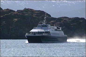 Ekspressbåten på veg til Hardbakke. (Foto: Steinar Lote, NRK)
