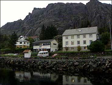 Hardbakke er kommunesenteret i Solund. Administrasjonen held til i det gamle bankbygget til høgre. (Foto: Arild Nybø, NRK)