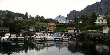 Solund kyrkje ligg i kommunesenteret Hardbakke. (Foto: Arild Nybø, NRK)