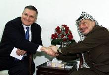 Anthony Zinni i et tidligere møte med Yasir Arafat. (Arkivfoto: Scanpix/Reuters)