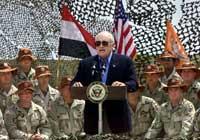 Visepresident Dick Cheney sporet amerikanske soldater til innsats da han besøkte Egypt under sin pågående rundreise (foto: J. Scott Applewhite/ap /scanpix)