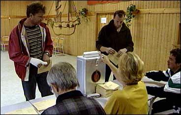 Røysting i samfunnshuset på Hardbakke under kommune- og fylkestingsvalet i 1999. Høgre i Solund fekk reint fleirtal. (Foto: A.Nybø, NRK)