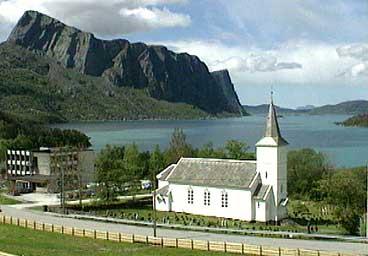 Hyllestad kyrkje med kommunehuset til venstre og Lihesten i bakgrunnen. (Foto: Randi Indrebø, NRK)