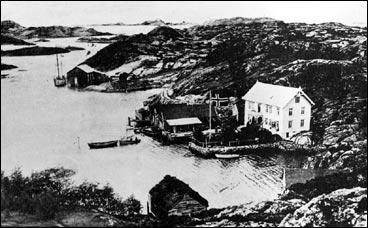 Buskøy i 1910. Våningshuset tilhøyrde Hess-familien og vart bygt i 1888 av Georg Hess. (Foto © Fylkesarkivet)
